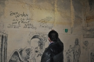 7.  Jim zet zijn handtekening op de muur