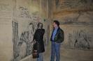 8.  Donna zet haar handtekening op de muur